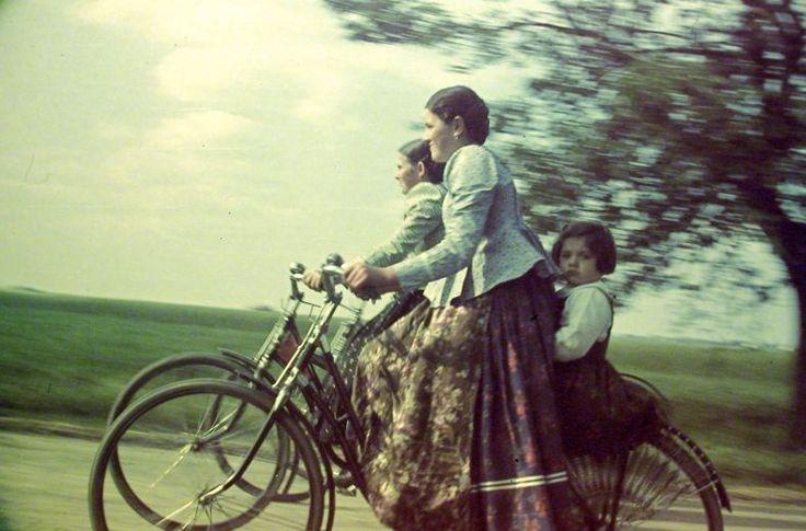cycle chic from hungary, 1938. valószínűleg dél-alföldiek a lányok.