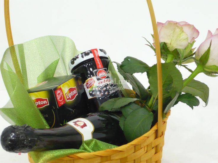 Cos cadou de Pasti cu sampanie, dulceata, ceai negru si trandafiri