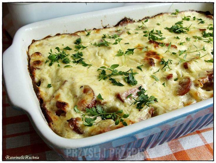 Zapiekanka z ziemniaków, kiełbasy i cebuli