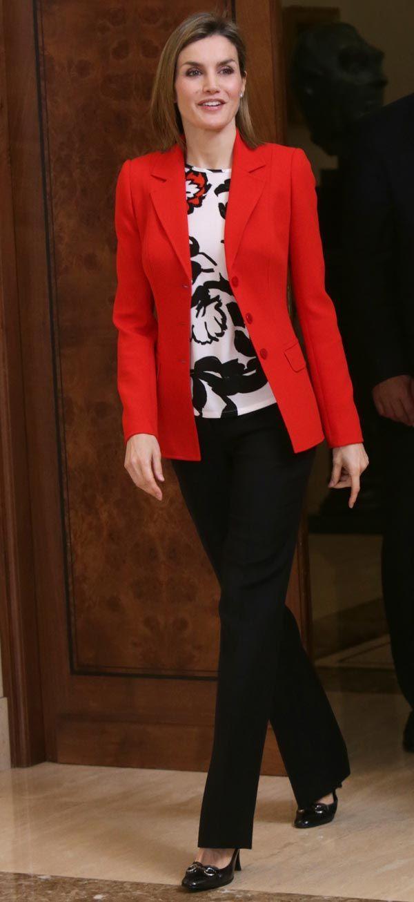 S.M. La Reina Doña Letizia eligió una camisa de Mango, con pantalones negros, chaqueta roja de Hugo Boss y unos mocasines con tacón de Gucci. Éste es un atuendo que Doña Letizia ha repetido en varias ocasiones en audiencias y otros actos. Como joyas lució los pendientes de la estrella de Chanel. 26.01.2016