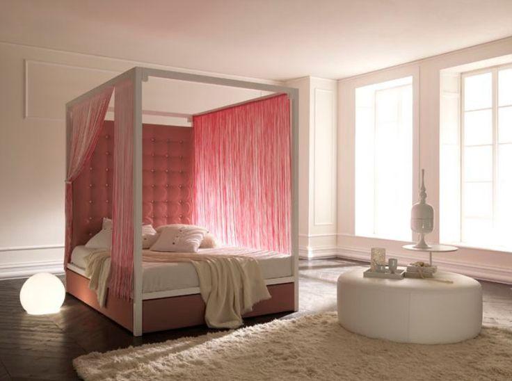 Hemelbed, Canopy Bed: Misschien liever niet in het roze maar wel een goed idee. Het hoofdeinde is dramatisch maar toch klassiek en de stof is eenvoudig gedrapeerd.