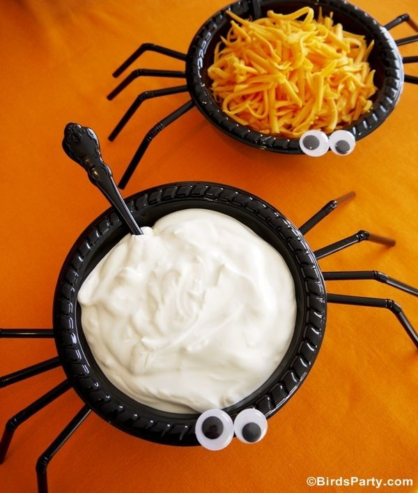 Halloween food & decorations - Easy and Quick Halloween Party Ideas! Black bowls with bendy straws and googly eyes!