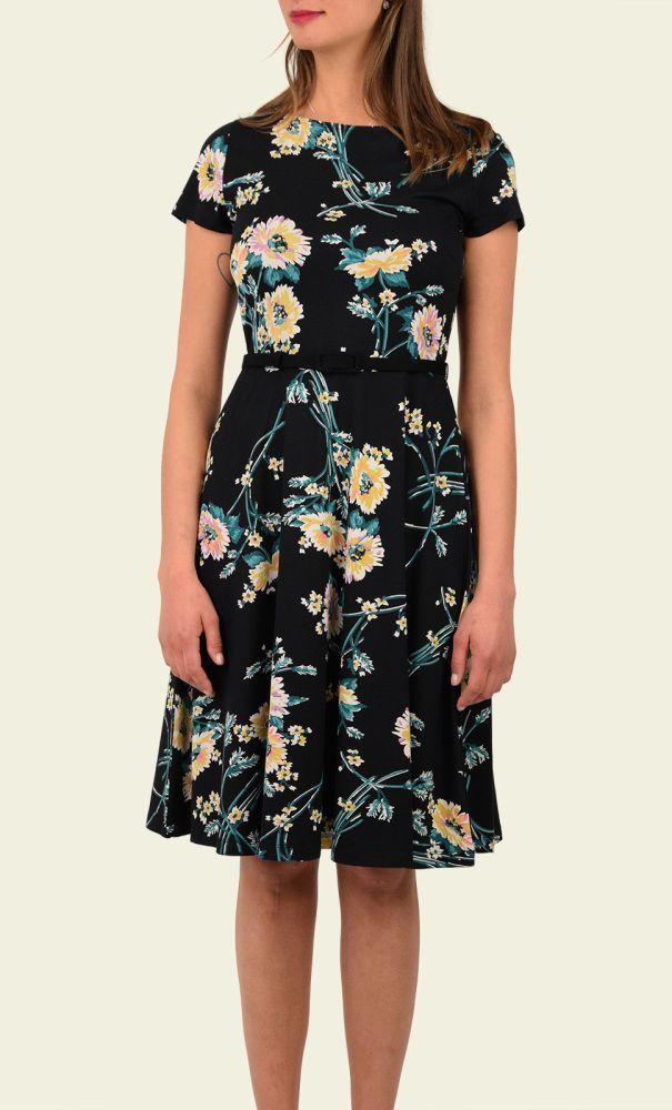 De Betty Dress is geïnspireerd op de jaren '50 en dit zie je terug in de smalle taille en de zwierige rok. De jurk is gemaakt van een jersey stof, heeft een ronde hals met een keyhole in de nek en een naad en bijpassend ceintuur in de taille.