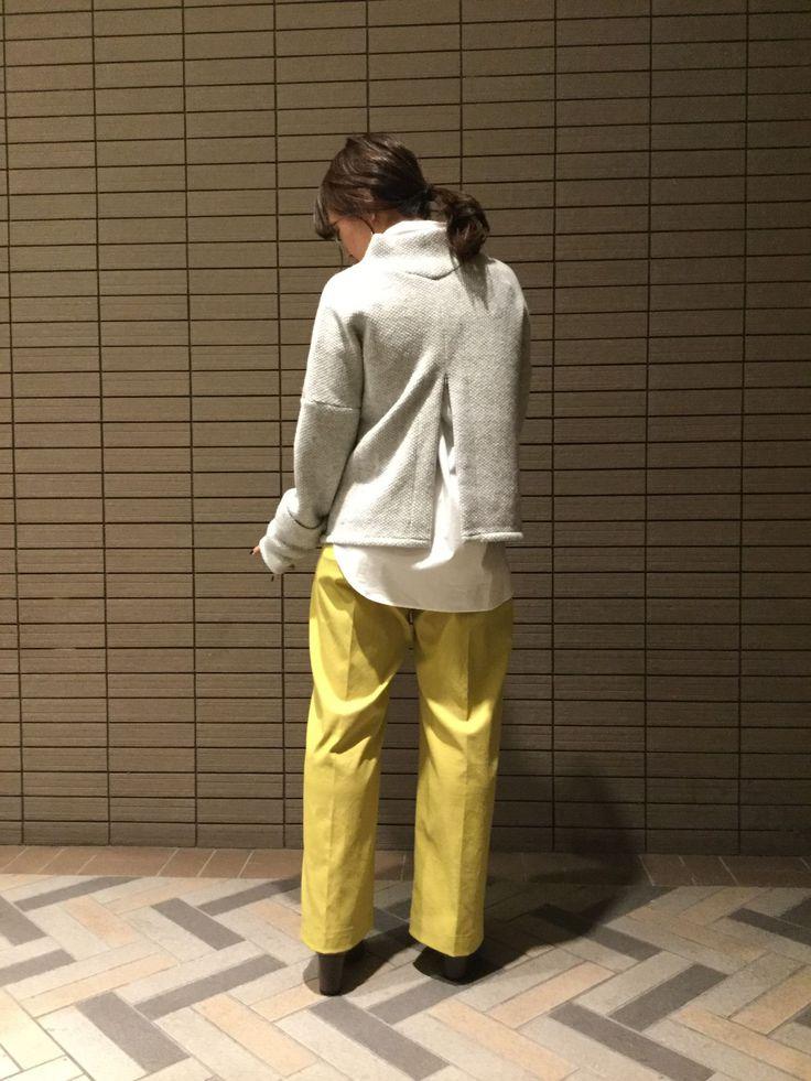 ざっくりとしたオーバーニットは、女性らしい華奢なボディラインを引き立ててくれる優秀アイテム!少し長めの袖丈が今年っぽい一枚です。イエローの鮮やかなワイドパンツと合わせてメリハリの効いたスタイリングを♪