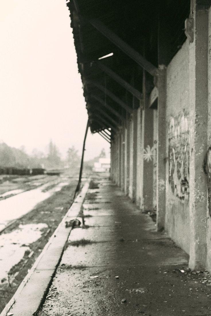 Parada de tren abandonada. Lanco, Chile.  B/N