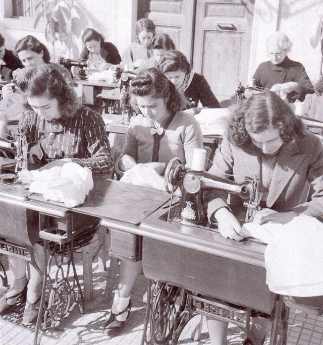 ΣΗΜΑΝΤΡΟΝ: Επαγγέλματα που χάνονται...φωτογραφικό υλικό Βούλα..-Γαζώτριες 1950-1960.