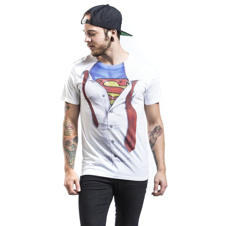 """Classica T-Shirt uomo bianca """"Superman"""" dedicata a #Superman con ampia stampa sul davanti che raffigura la camicia bianca sotto la quale si nasconde il costume del supereroe."""