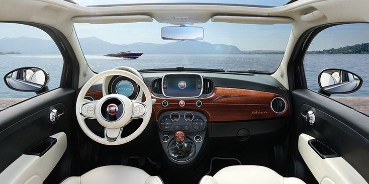 Το στιλ του Fiat 500 σε συνδυασμό με την κομψότητα του Riva: αποκλειστικό εξωτερικό χρώμα σε μπλε Riva και διπλή αυτοκόλλητη περιμετρική γραμμή aquamarine που δημιουργεί ένα ιδιαίτερο προφίλ. Το νέο σύστημα Uconnect με οθόνη αφής 7'', τα κρεμ δερμάτινα καθίσματα και το χειροποίητο ξύλινο ταμπλό από μαόνι δημιουργούν έναν ιδανικό συνδυασμό μεταξύ υψηλής τεχνολογίας και χειροποίητων παρεμβάσεων.