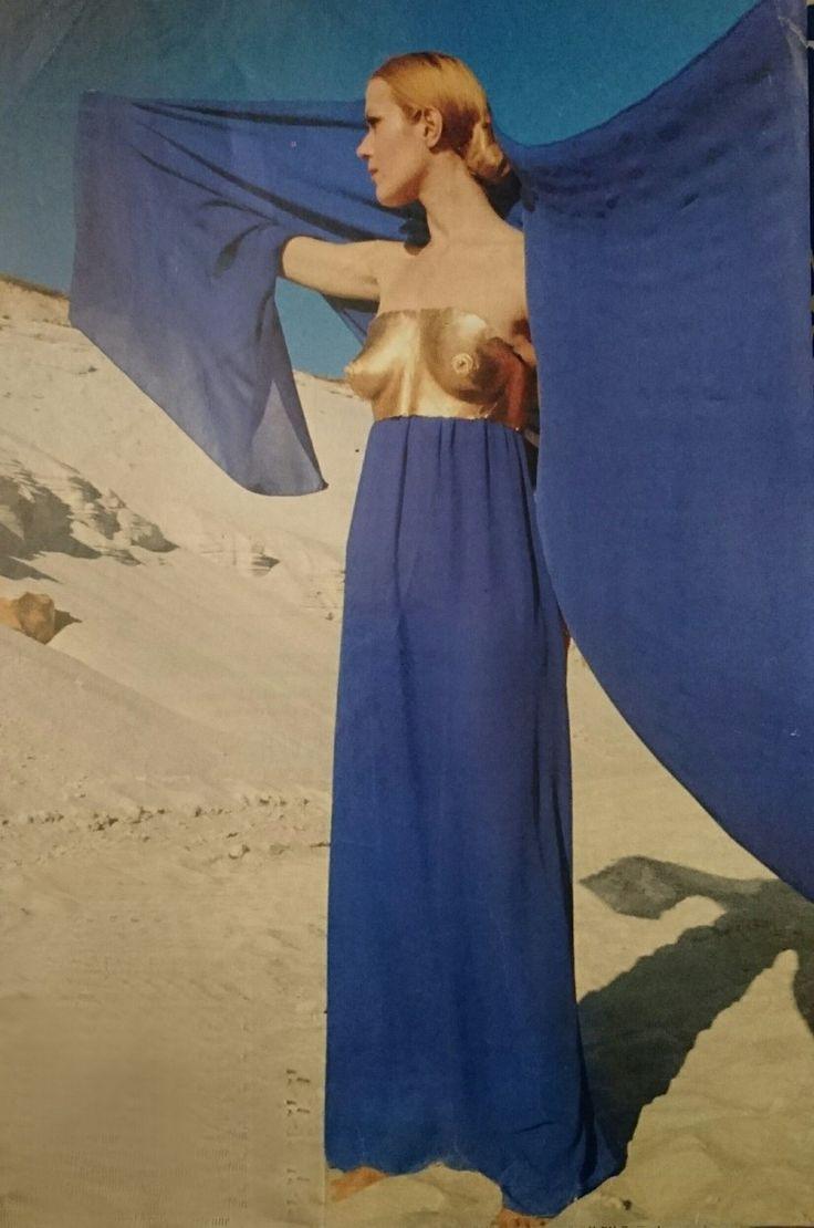 Haute couture hiver 1969/70. Robe de mousseline de soie bleue avec buste sculpture de Claude Lalanne.  Photographie de Manuel Libran.