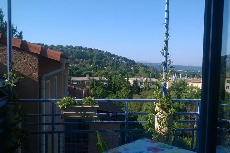 Apartment in Aix-en-Provence, France. T2 clair, ensoleillé, calme, sans vis-à-vis.  3ème et dernier étage d'une petite résidence fermée. Profitez de sa terrasse avec une très belle vue sur la pinède! Grand garage individuel et bus direct pour le centre ville au pied de l'immeuble.