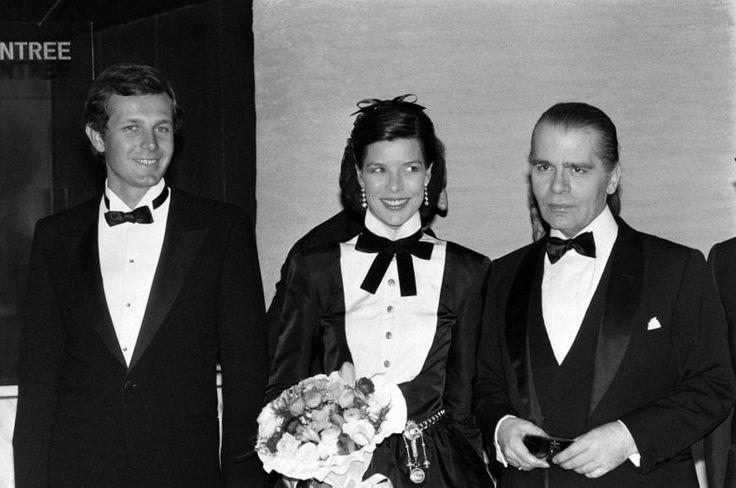 Una foto ufficiale della famiglia reale di Monaco nel 1960: il Principe Ranieri e la principessa Grace con i figli, Caroline e Alberto, durante una vacanza invernale in Svizzera