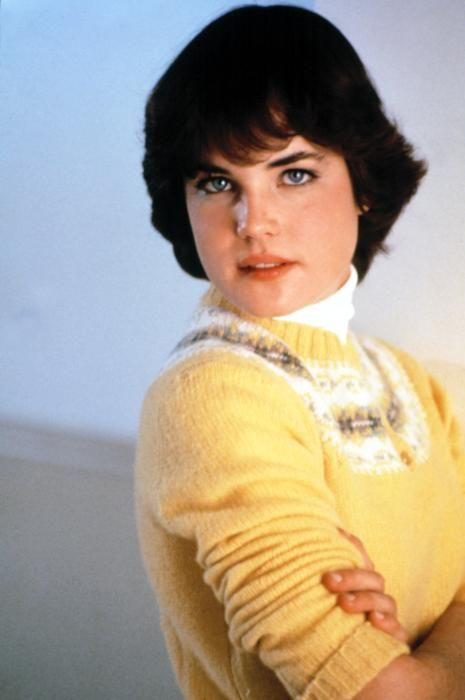 Elizabeth McGovern, Ordinary People (1980). Wears this Fair Isle yoke sweater with a plaid midi-skirt, clogs, striped scarf and navy peacoat. So cute.