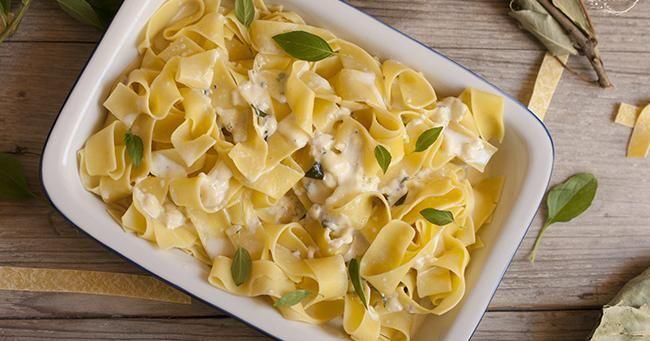 Pasta con salsa de ajo y queso azul