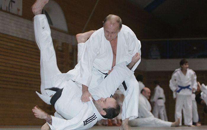 Le Président russe, Vladimir Poutine, est arrivé à Budapest pour participer au lancement des championnats du monde de judo et a promis au Premier-ministre hongrois, Viktor Orban, de lui enseigner les bases théoriques du judo.
