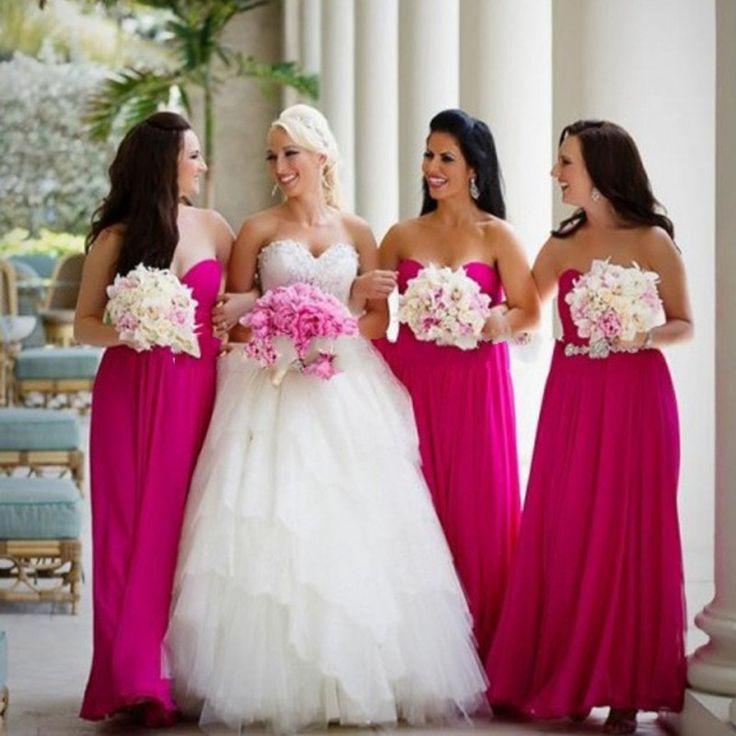 Mariée en robe princesse blanche bustier coeur et demoiselles d'honneur en robe fuchsia longue bustier