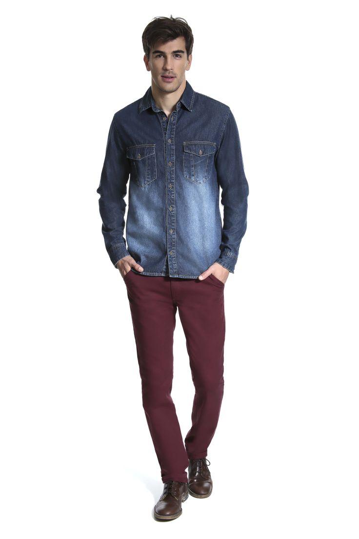 Camisa jeans em degradê e calça slim bordô.