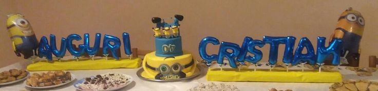 centrotavola con scritta in palloncini e torta a tema minnions