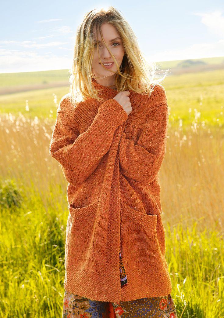 Lieblings-Begleiter! Dieser Strickmantel ist zum Reinkuscheln und Wohlfühlen. Gestrickt wird der orangefarbene Tweedmantel mit dem ggh-Garn KILANA (60% Wolle / 20% Viskose / 20% Polyamid, Lauflänge ca. 85m/50g). ggh-KILANA ist ein weiches Tweedgarn, das es in schönen Herbstfarben gibt! Rebecca-Garnpaket zu Modell 27 aus Rebecca Nr. 67 – by Rebecca Magazine