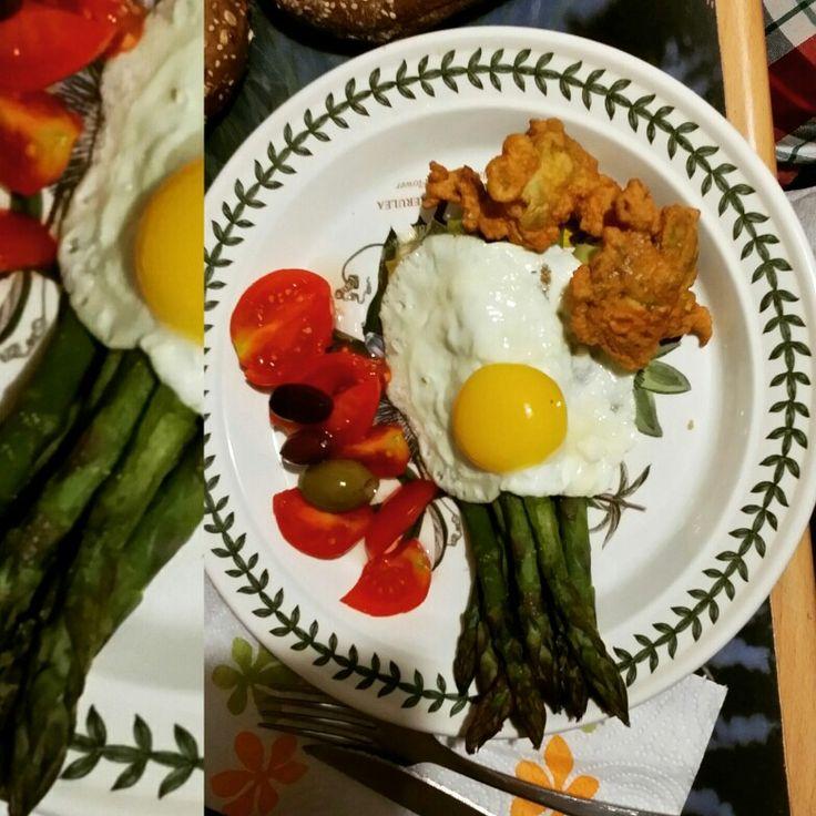 """Uovo con asparagi, pomodorini e olive, frittelle di fiori di zucca e achillea... un altro triste piatto vegetariano... Asparagus with egg, tomatoes and   olives, zucchini flowers and yarrow fritters. ..  another """"sad"""" vegetarian meal. ..  #fitoalimurgia #phytoalimurgy #happyvegetarian #vegetarianafelice #vegetariancooking"""