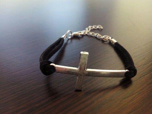 Pulsera cruz en negro