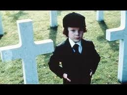 La profecia és una pel·lícula de 1976 dirigida per Richard Donner. Un pèl rara perquè el nen resulta ser un Anticrist però els seus pares no se n'adonen fins que ell té cinc anys, després d'unes quantes morts de persones al voltant seu i després d'unes sospites evidents del seu pare, que deia que allò no podia ser. La solució és matar al nen perquè no es cumpleixi la profecia. M'ha semblat estranya la trama de la pel·lícula perquè aquestes coses de l'Anticrist no existeixen.