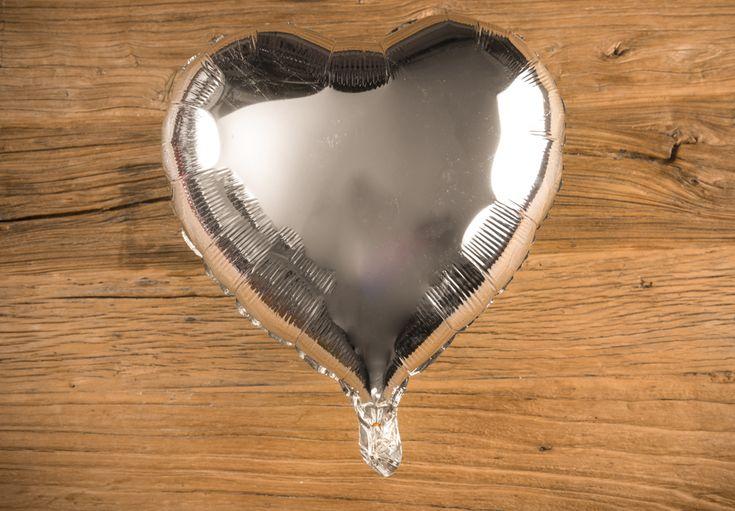 Globo Corazón Metálico Color Plata - LOVERSpack. Con este globo crearas la atmósfera que tanto estás buscando crear para esa ocasión especial, aniversario, cumpleaños, boda o simplemente sorprendera a tu pareja. #decoracióncumpleaños #decoraciónaniversario #decoraciónboda #sorprenderamipareja #regalosoriginales #globos #decorarhabitaciónromántica #nocheromántica #parejas #regalos #sorpresas #LOVERSpack