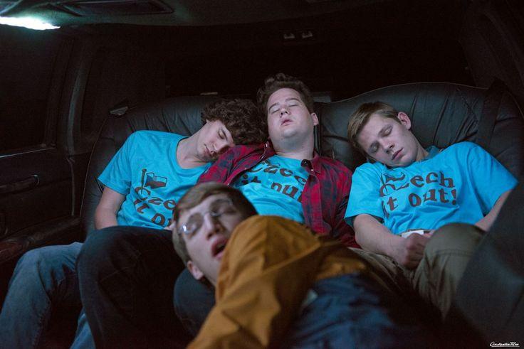© 2015 Constantin Film Verleih GmbH / Marc Reimann  Powernapping auf der Tour durch die Nacht: Paul (Tilman Pörzgen), Berny (Chris Tall), Max (Max von der Groeben) und Magnus (Florian Kroop, vorne).