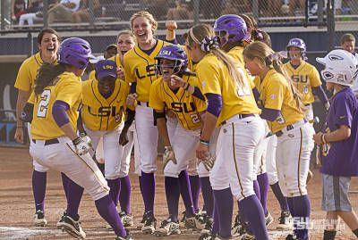 Right now on CaptainU News: LSU softball defeats the Wildcats 5-1 in regional final  http://news.captainu.com/articles/68077ab-arizona-ends-softball-s-run-in-regional-final