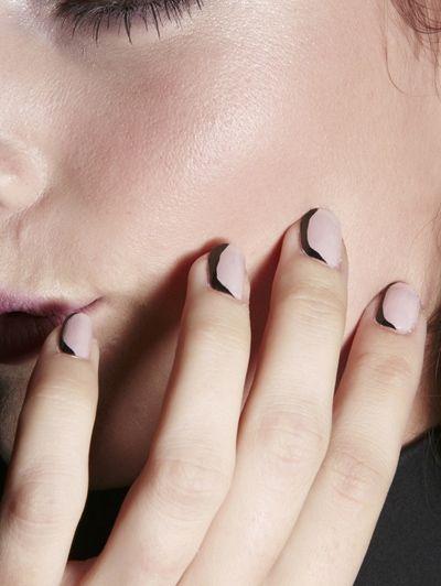 10 manieren om zwarte nagellak te dragen (ja, óók in de zomer) / Make-uptrends / Trends / Beauty | ELLE Mobiel