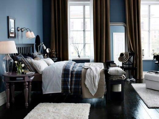 IKEA; Ein Schlafzimmer Mit HEMNES Bettgestell In Schwarzbraun Mit BENZY  Bettwäsche Set Kariert/blau, KIVIK Récamiere Mit Bezug U201eBlekingeu201c In Weiß,  ...