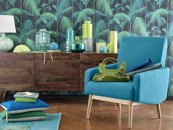 papier peint palm jungle col and son decoration vintage avec une enfilade en bois - Salon Bleu Vintage