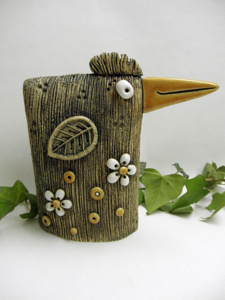 Pták - zobák Ze šamotové hlíny, vhodný k celoroční venkovní dekoraci. Na spodní straně otvor na tyčku - můžete zapíchnout do svého záhodnku nebo truhlíku. Výška cca 17 cm, šířka (včetně zobáku) 17,5 cm.