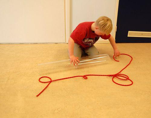 Kind speelt met buizen