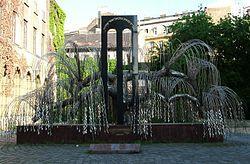 【生誕100周年】ナチスから10万人を救ったスウェーデン人外交官ラウル・ワレンバーグ - 世界各地の記念碑☆ ハンガリー、ブダペスト、ユダヤ教の会堂・ドハニーシナゴーグ(Dohány Street Synagogue)の中庭にあるワレンバーグ記念公園(Raoul Wallenberg Emlékpark) シダレヤナギのように見える記念碑の葉には亡くなったユダヤ人の名前が刻まれている。