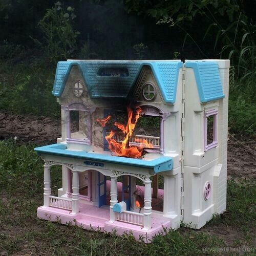 look pibby still has our dollhouse like this !!!!