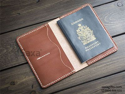 Ví passport da thật kiểu gấp đôi, chạy chỉ trắng nổi bật trên da nâu – PP025 https://saxagifts.com/vi-passport-da-that-kieu-gap-doi-chay-chi-trang-noi-bat-tren-da-nau/