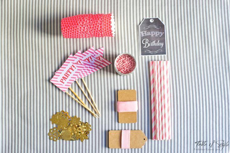 Gli essenziali per una Birthday Jar sono:  cupcake wrappers sprinkles di zucchero in tinta bandierine per cupcake twine gift tags scintille dorate cannucce