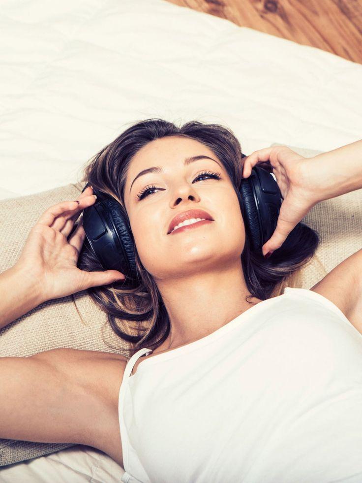 Mit eurer Lieblingsmusik werdet ihr morgens schneller wach. Stellt sie an, wenn ihr den Wecker ausgestellt habt und hört ein, zwei Lieder. Dann seid ihr fit für den Tag! Mehr Tipps zum Wachwerden findet ihr hier