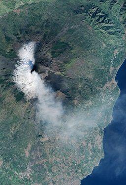 Wulkan Etna wciąż dymi. Sycylia sparaliżowana - http://tvnmeteo.tvn24.pl/informacje-pogoda/swiat,27/wulkan-etna-wciaz-dymi-sycylia-sparalizowana,187590,1,0.html