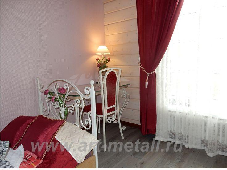 Кованая мебель для спальни. Кровать, стол, кованый стул, настольная лампа. Стиль флористика.