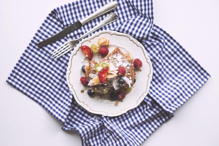 Waffles withWaffeln mit frischem Obst und Beeren