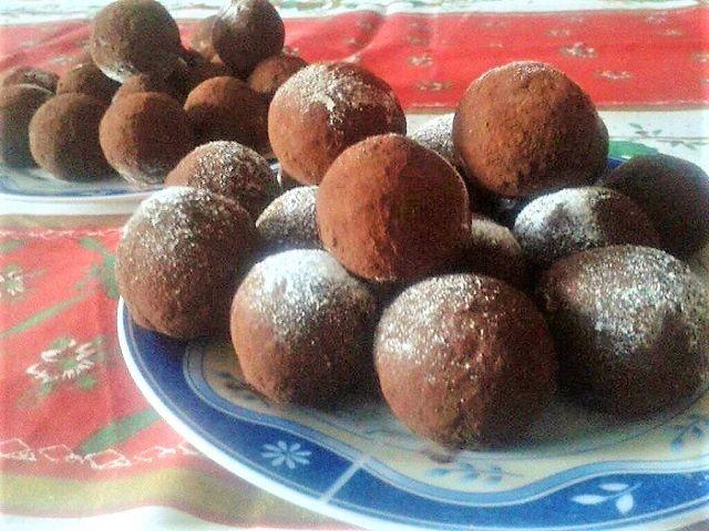 Néha nagyon jól jön egy kis könnyen elkészíthető nassolni való, mint a Tiramisu golyók. Sütni sem kell és tálalhatjuk Hozzávalók 35 dkg darált háztartási keksz 25 dkg mascarpone krémsajt 4 evőkanál erős feketekávé 3-4 evőkanál porcukor 2 csomag vaníliás cukor 3-4 evőkanál Holland kakaópor 1 evőkanál konyak (ez el is maradhat), vagy 3-4 evőkanál konyak-meggy …