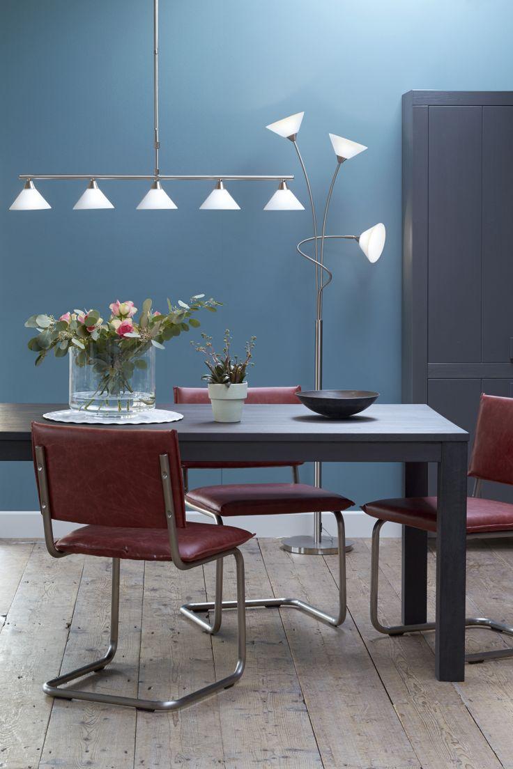 KARWEI | Het diepe blauw en warme rood geven een moderne uitstraling aan je eetkamer. #wooninspiratie #karwei #eetkamer