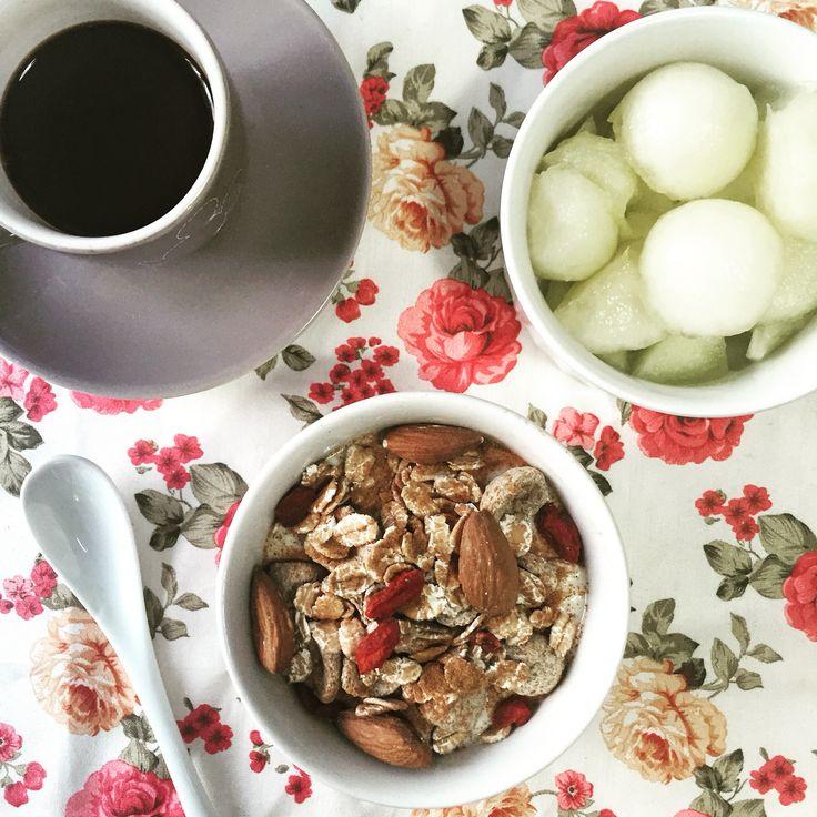 Yogurt di soia con avena, mandorle e bacche di goji