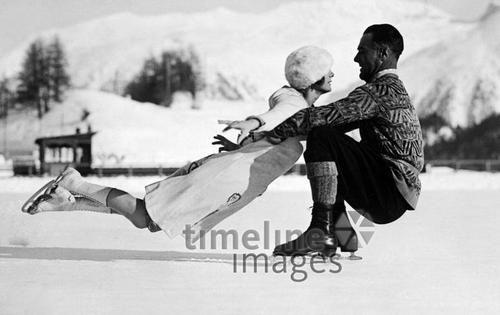 Eiskunstlaufen, Miss Whitaker und Mr. Taylor aus den USA ullstein bild - ullstein bild/Timeline Images #1927 #IceSkating #Schlittschuhlaufen #Nostalgie #Winter #Sport #Switzerland