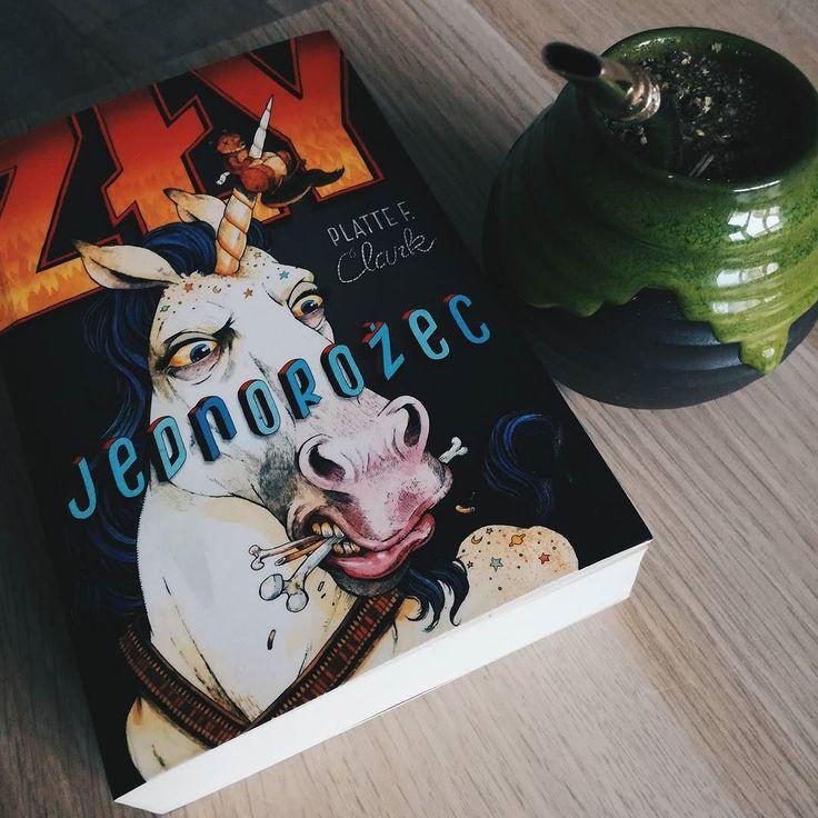 Nie dość że jakąś wodę z bagna zaczął pić to jeszcze książki o jednorożcach czyta. Co za chory pojeb.  #book #unicorn #reading #yerba #mate #yerbamate