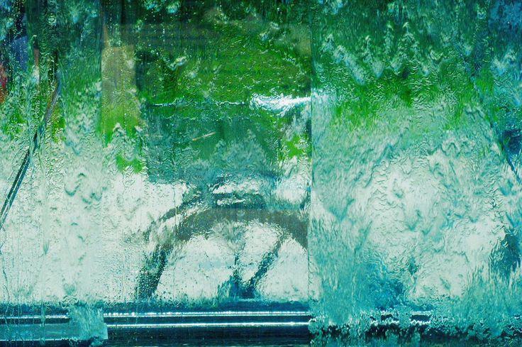 not a painted bike  fahrrad hinter springbrunnen an der donnersberger brücke (auf www.ju-greber.de/MUC-Springbrunnen09-63.html ist der brunnen zu sehen, das fahrrad lehnt hinter der im bild rechten, der donnersberger brücke zugewandten wand). bild nur mit filtern aus der kamera bearbeitet, in der bildbearbeitung etwas nachgeschärft und kurven optimiert (helligkeit/kontrast). der gemälde-effekt entsteht durch die struktur des fließenden wassers.