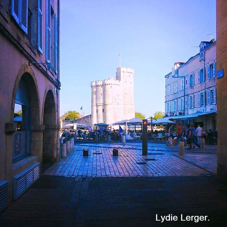 Classée monument historique depuis 1879, la tour Saint-Nicolas est sortie de terre entre 1345 et 1376, pour protéger le vieux port de La Rochelle. L'ouvrage est si imposant que les fondations constituées de pieux de bois plantés dans la vase n'ont pas suffi à le maintenir d'aplomb : il présente aujourd'hui une inclinaison perceptible à l'œil nu !  La tour St-Nicolas a tout a tour servi de prison et de logis royal.  http://phildu.eklablog.fr/les-monuments-c26851322