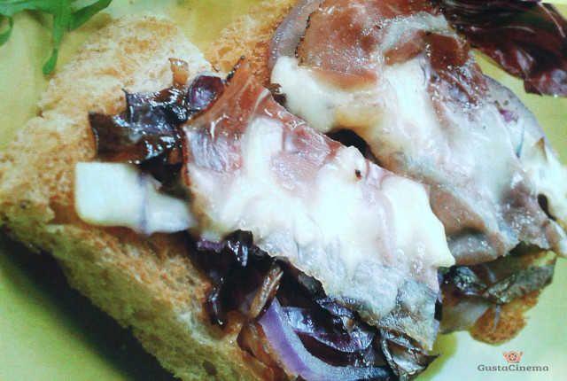 Bruschette al radicchio, pancetta e groviera, un antipasto gustoso e sfizioso che si può servire sia caldo che freddo. Leggi la ricetta...