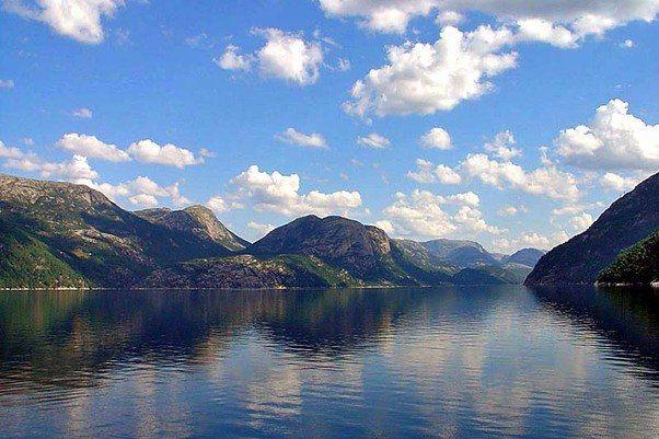 De naam betekent 'lichtfjord', wat waarschijnlijk komt van de lichte kleur van het graniet op sommige plekken in het fjord. Dit fjord is bijna 42 km lang, terwijl het zo'n 500 meter diep is. Net als alle andere fjorden in Noorwegen werd dit fjord gevormd gedurende de laatste IJstijd toen de gletsjers begonnen te smelten. Het is een populaire plek voor een cruise, omdat je dan onder meer de 605 meter hoge Prekestolen en de 1.110 meter hoge Kjerag goed kunt zien.